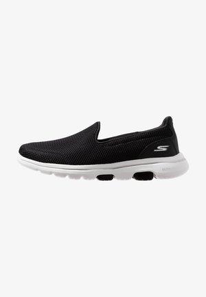 GO WALK 5 - Zapatillas para caminar - black/white