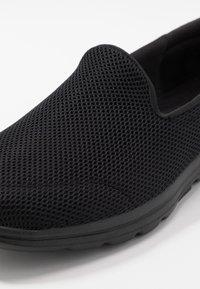 Skechers Performance - GO WALK 5 - Obuwie do biegania Turystyka - black - 5