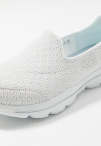 Skechers Performance - GO WALK EVOLUTION ULTRA - Obuwie do biegania Turystyka - white - 5
