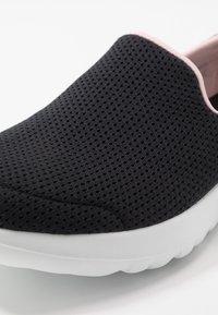 Skechers Performance - GO WALK JOY - Obuwie do biegania Turystyka - black/pink - 5