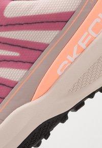 Skechers Performance - GO TRAIL JACKRABBIT - Běžecké boty do terénu - taupe/multicolor - 5