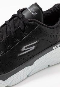 Skechers Performance - MAX CUSHIONING ELITE - Hardloopschoenen neutraal - black/white - 5