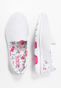 Skechers Performance - GO WALK 5 - Sportieve wandelschoenen - white/multicolor - 1