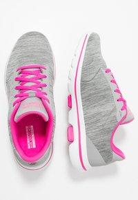 Skechers Performance - GO WALK 5 - Obuwie do biegania Turystyka - gray/pink - 1