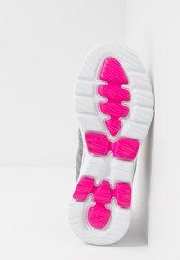 Skechers Performance - GO WALK 5 - Obuwie do biegania Turystyka - gray/pink - 4