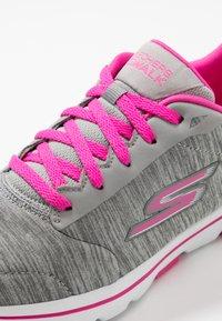Skechers Performance - GO WALK 5 - Obuwie do biegania Turystyka - gray/pink - 5