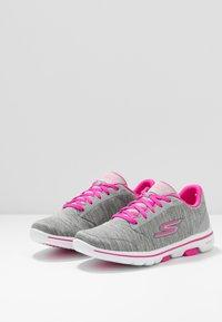 Skechers Performance - GO WALK 5 - Obuwie do biegania Turystyka - gray/pink - 2