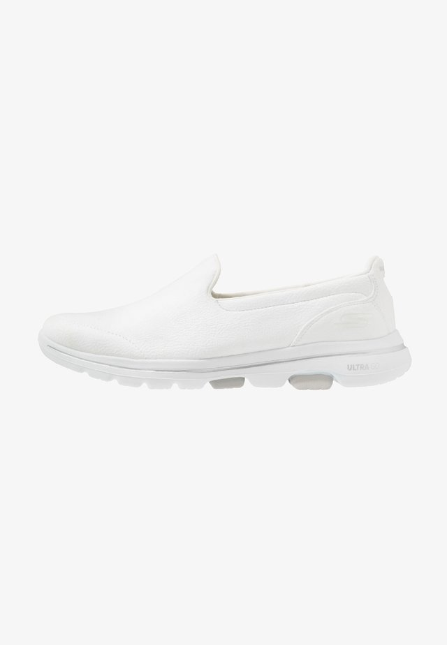 GO WALK 5 - Walking trainers - white
