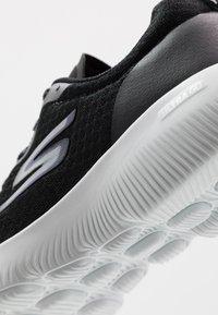 Skechers Performance - GO RUN FOCUS INSTANTLY - Sportieve wandelschoenen - black/purple - 5