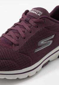 Skechers Performance - GO WALK 5 - LUCKY - Sportieve wandelschoenen - burgundy - 5