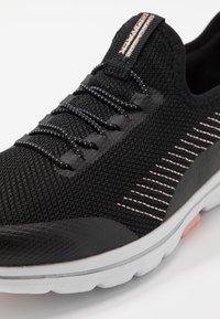Skechers Performance - GO WALK 5 PROLIFIC - Obuwie do biegania Turystyka - black/pink - 5