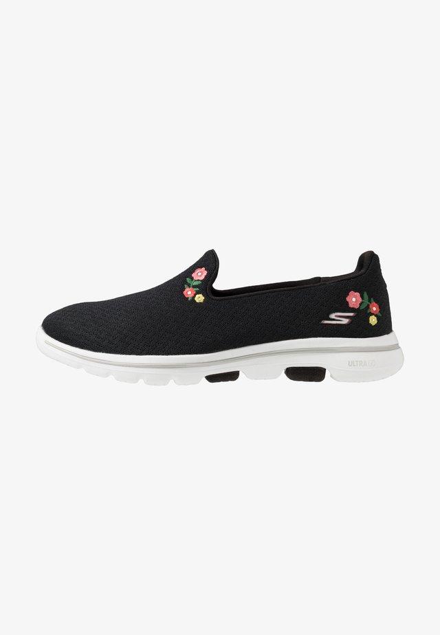 GO WALK 5 GARLAND - Zapatillas para caminar - black/white
