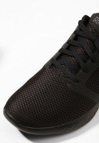 Skechers Performance - GO RUN 600 - REFINE - Obuwie do biegania treningowe - black textile/trim - 5