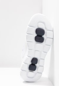 Skechers Performance - GO WALK EVOLUTION ULTRA ENHANCE - Laufschuh Neutral - white - 4