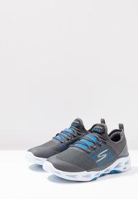 Skechers Performance - GO RUN VORTEX-STORM - Obuwie do biegania treningowe - charcoal/blue - 2