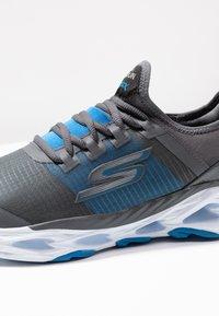Skechers Performance - GO RUN VORTEX-STORM - Obuwie do biegania treningowe - charcoal/blue - 5