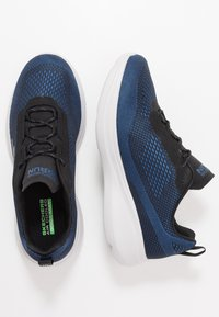 Skechers Performance - GO RUN FAST ARCO - Obuwie do biegania treningowe - black/blue - 1