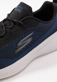 Skechers Performance - GO RUN FAST ARCO - Obuwie do biegania treningowe - black/blue - 5