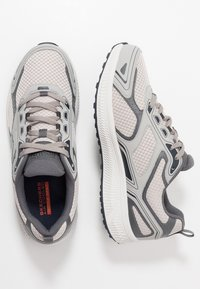 Skechers Performance - GO RUN CONSISTENT - Obuwie do biegania treningowe - grey/navy - 1