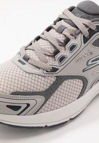 Skechers Performance - GO RUN CONSISTENT - Obuwie do biegania treningowe - grey/navy - 5