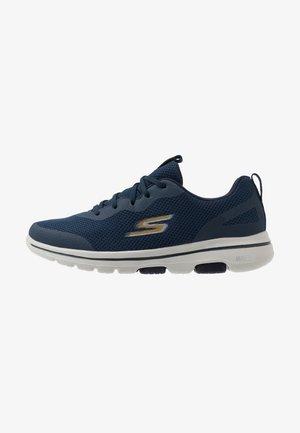 GO WALK 5 - Obuwie do biegania treningowe - navy/gold