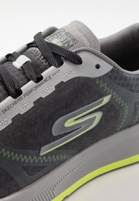 Skechers Performance - GO RUN PULSE - Obuwie do biegania treningowe - charcoal/lime - 5