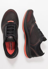 Skechers Performance - GO RUN PULSE - Obuwie do biegania treningowe - black/orange - 1
