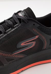 Skechers Performance - GO RUN PULSE - Obuwie do biegania treningowe - black/orange - 5