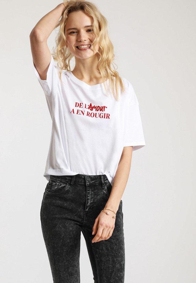 MIT SCHRIFTZUG - T-shirt imprimé - white