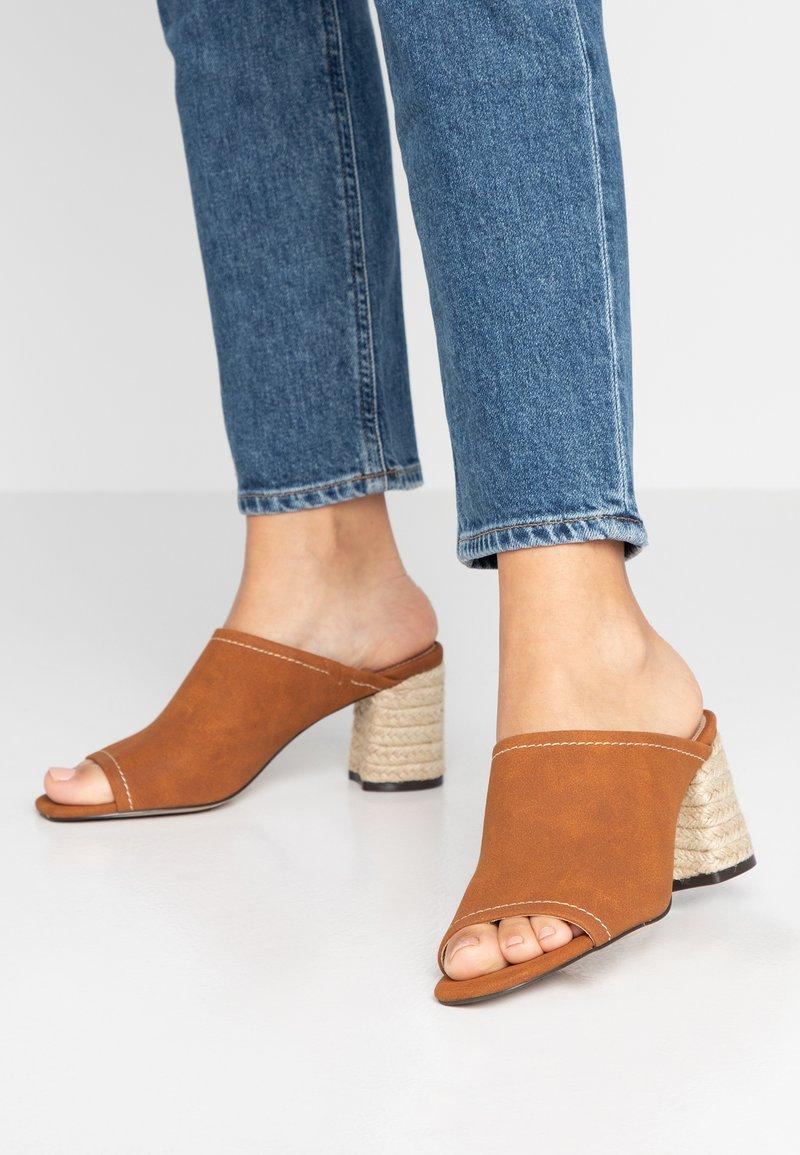 PARFOIS - Pantofle na podpatku - camel