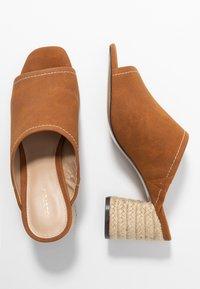 PARFOIS - Pantofle na podpatku - camel - 3