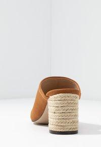PARFOIS - Pantofle na podpatku - camel - 5