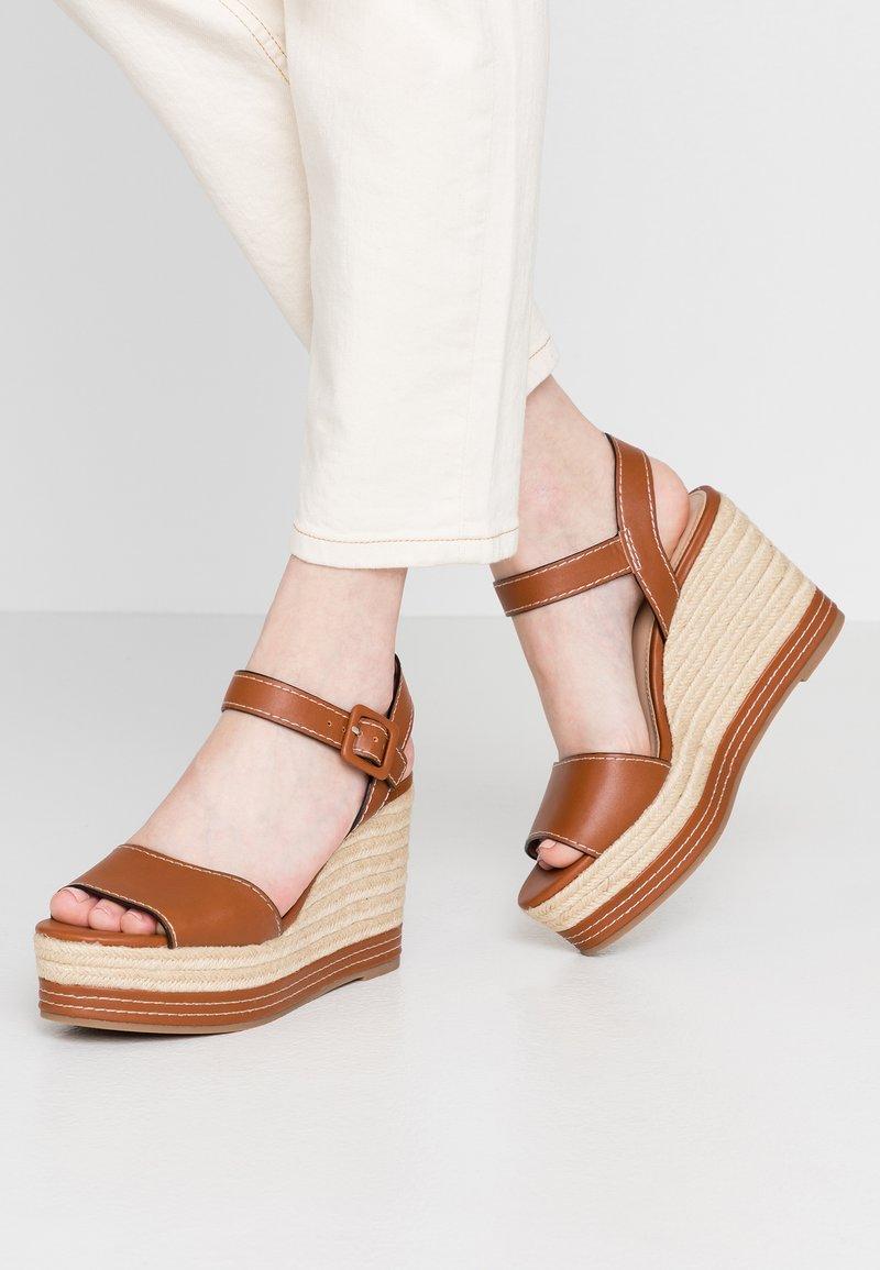 PARFOIS - Sandály na vysokém podpatku - camel