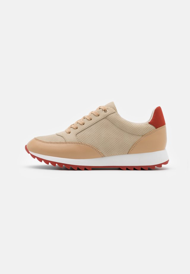 Sneakers - beige/red