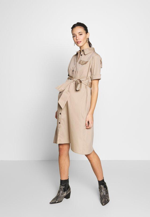 BERENICE - Skjortklänning - sand
