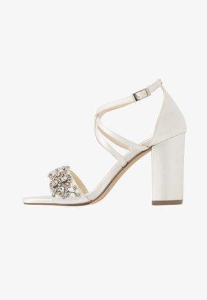 HERLISA - Korolliset sandaalit - ivory