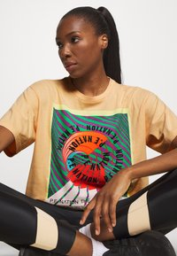 P.E Nation - OVERHEAD TEE - Print T-shirt - orange pale - 3