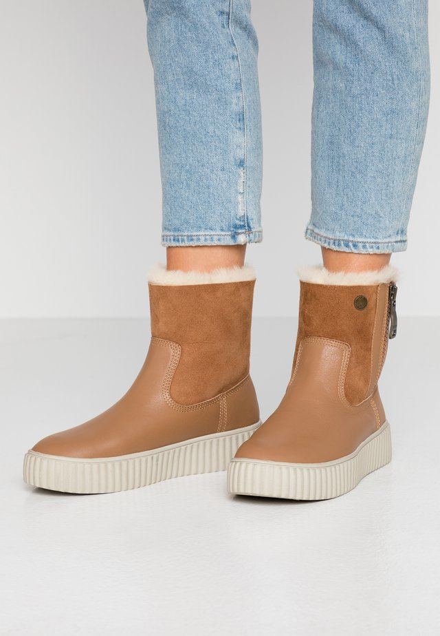 CALINE - Platform-nilkkurit - tan