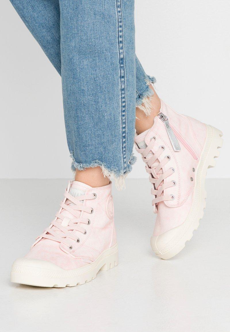 Palladium - PAMPA ZIP DESERTWASH - Boots à talons - pink