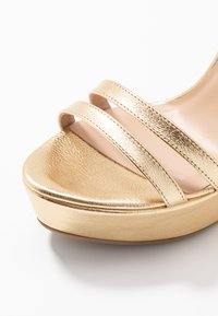 Patrizia Pepe - Korolliset sandaalit - gold star - 2