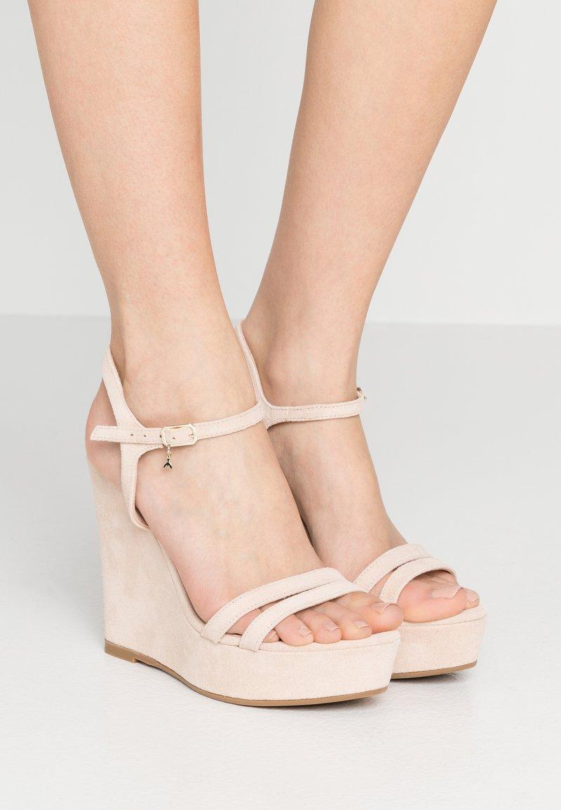 Patrizia Pepe - Korolliset sandaalit - sand
