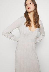 Patrizia Pepe - ABITO DRESS - Abito in maglia - statue white lurex - 4