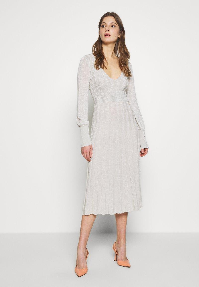 Patrizia Pepe - ABITO DRESS - Abito in maglia - statue white lurex