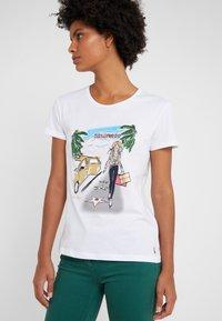 Patrizia Pepe - MAGLIA - T-shirt imprimé - bianco/losangeles - 4