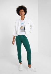 Patrizia Pepe - MAGLIA - T-shirt imprimé - bianco/losangeles - 1