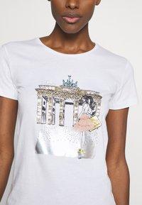 Patrizia Pepe - MAGLIA - T-shirt print - bianco - 4