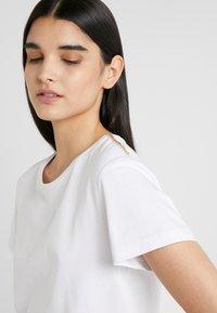 Patrizia Pepe - Print T-shirt - bianco ottico - 4
