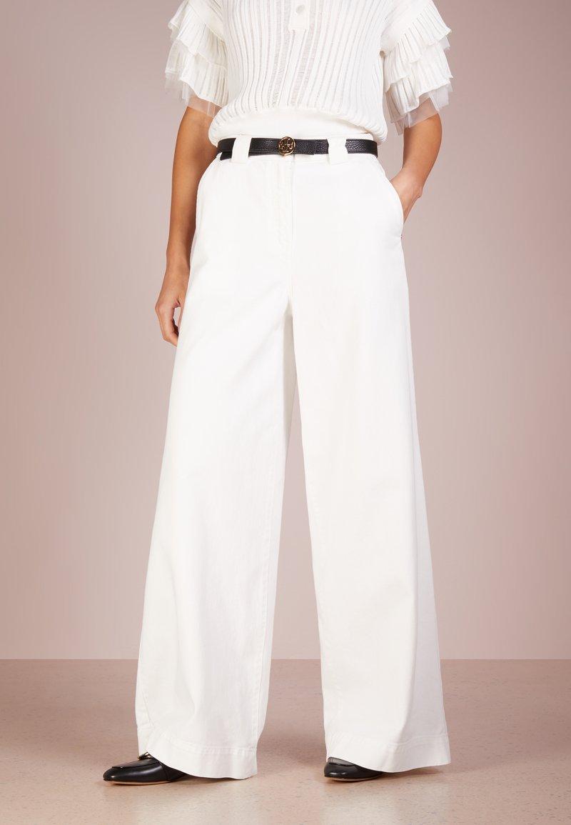 Patrizia Pepe - PANTALONI TROUSERS - Flared Jeans - bianco