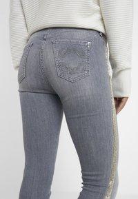 Patrizia Pepe - PANTALONI TROUSERS - Jeans Skinny - grey - 3