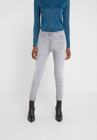 Patrizia Pepe - PANTALONI TROUSERS - Jeans Skinny Fit - grey bleached wash - 0